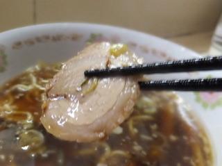 この「スープに浸されたチャーシューを」どのタイミングで食べるのの一番良いのか…ということについ てはずっと考えてはいたのだが