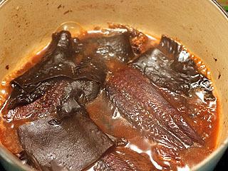 煮込み2日目。月曜日。煮詰まったら差し水してまた煮る。