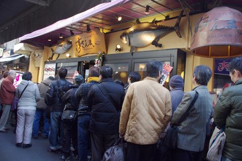 初競りで「すしざんまい」がマグロを5000万円で落札した日の行列。