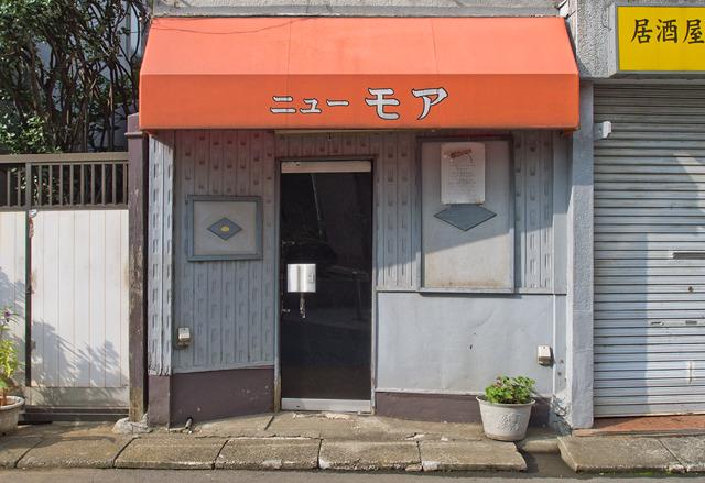 名前、外壁の模様・色、謎の菱形。何もかもが香ばしい、すてきなファサード。そしてポイントは「斜めドア」
