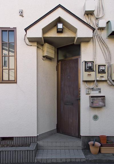 シンメトリーな切れ込み具合がそそる斜めドア住宅。上のひさしと相似形か。