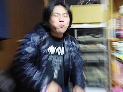 なぜかアニメっぽい写真になった家主の北村さん。屋根は大丈夫でしたか。