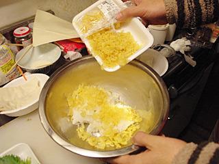 ご飯に天カスを混ぜ、醤油で味付け。揚げものなのに具が天カスというのも、ある意味泣ける。