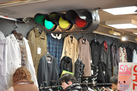 なぜ洋服屋さんで信号が点滅しているのですか。