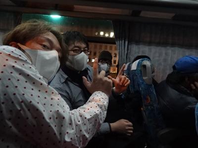 その後夜行バスに乗る。手の「J」マークは痔のJ