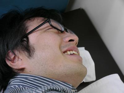 寝そべった人の声は細く弱々しいものだ