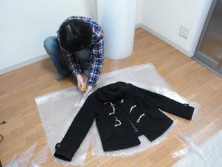 プチプチを二重に重ね、手持ちの上着に合わせて切り取る
