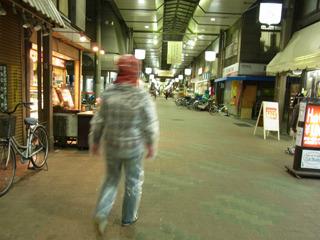 明るい商店街の方へ行ってみよう。風がないのでさっきよりは寒くなくなった