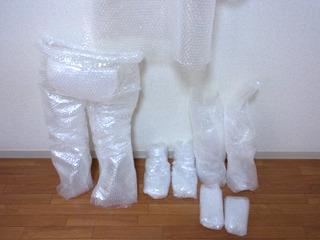 左からズボン、靴、腕部分、手袋