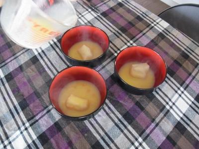 焼いた餅にスープを注ぐ