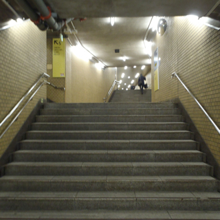 階段の途中にまずひとつめの節(5番出口)