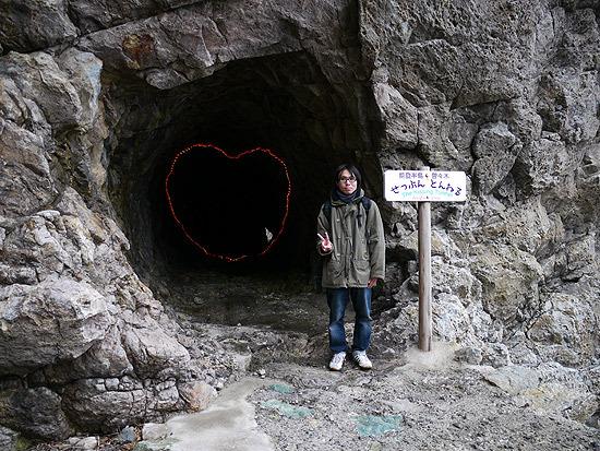 輪島で見た「接吻トンネル」(ひとりで訪れたためかピースの位置が低い)