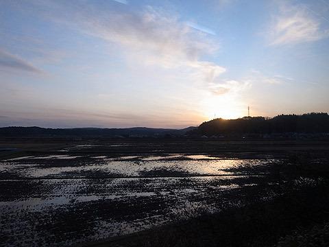 その結果、穴水駅から七尾駅の道中で日が沈みかけている