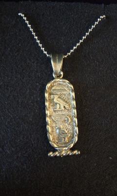 エジプト土産だというペンダント。