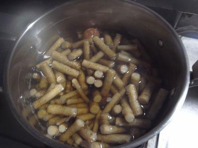 7時間経過。煮汁が茶色っぽくなってきた。
