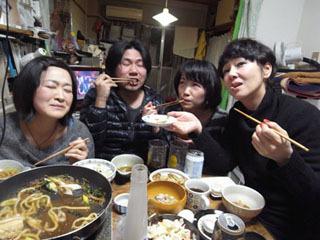 たまたま集ったデイリーライター陣。左から乙幡、北村、 小堺、土屋の面々。「柔らか~い!」とのことです。