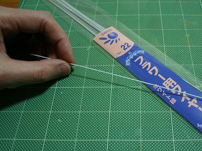割と固い造花用ワイヤーがあったのでこれを使おう。