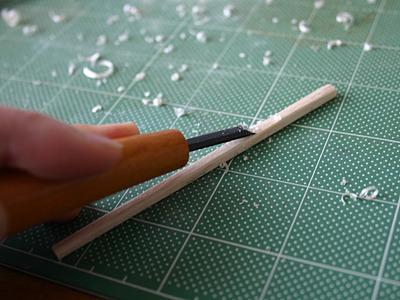 カンナ代わりの彫刻刀で削ったり・・・