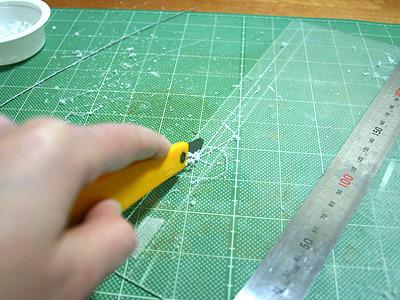 透明アクリル板から枠を切り出す。