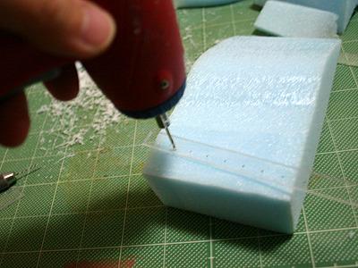 アクリルの加工は手ごわい。電動ドリルでひたすら穴あけ。