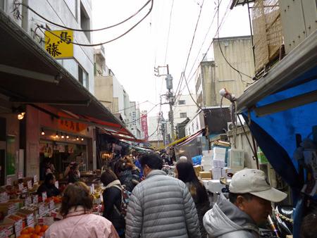 中の方の通りはまさしくアジアのマーケット