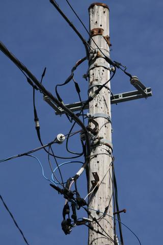 腕みたいなの付けちゃって、電線の引き方も多様ですな