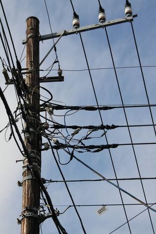 縦横に電線が張り巡らされている