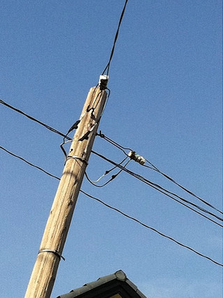 電線も通っているし、綾瀬市のものよりちゃんと電柱してますな。やっぱり鎌倉以外でも、神奈川県には木の電柱が多いのかな?