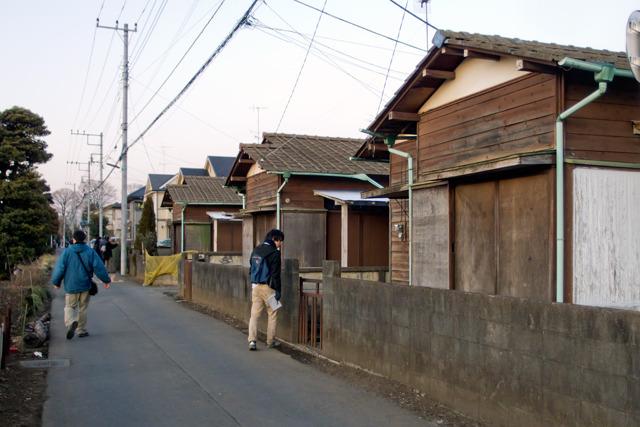 古い文化住宅もある。宅地化も、ある程度の長い時間をかけて少しずつ開発されていることがうかがえる。