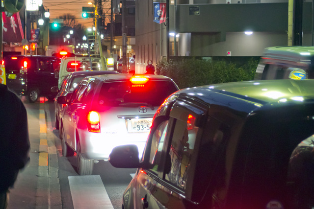 そして前述したように、横移動の道路が少ないので、その少ない道路に交通が集中して渋滞が起こる。これも興味深い事態だ。