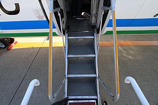 飛行機にこんなタラップで乗り降りする