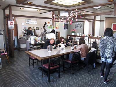 このテーブルでは全員がちゃんぽんを食べていた。店一番の人気メニューらしい。