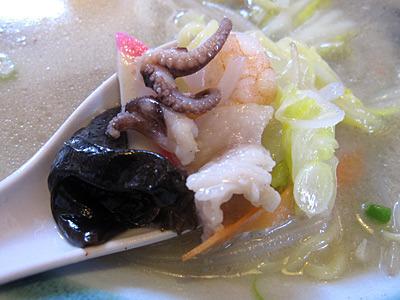 エビ、イカ、かまぼこなどのスープに沈んだ魚介類が、いい味を出している