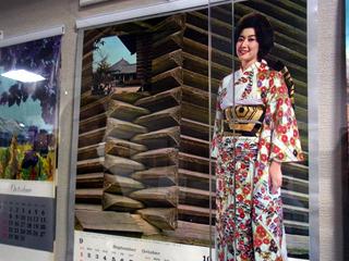 なぜか校倉造の前で微笑む山本富士子