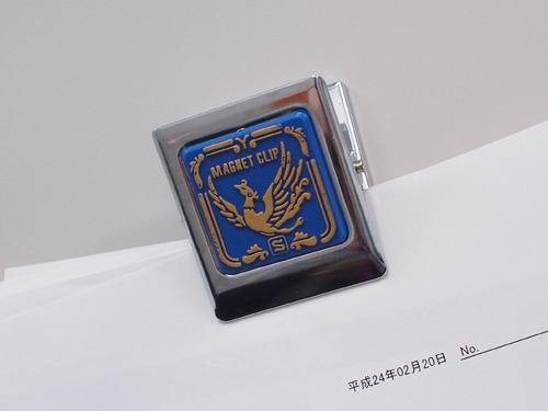 こういう紋章みたいなマグネットクリップがある