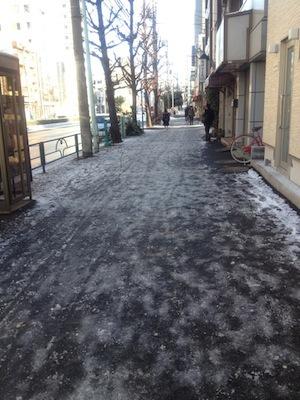 しかし東京は雪道のマナーが非常に悪いですよ。こんなてんでばらばらな雪のとけ残りなんて金沢ではまず見ないね!