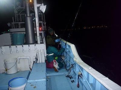 しかも夜釣りなので寒い!夜になるとバラムツがエサの小魚やイカを求めて浅場(とは言っても水深200メートル近く)まで浮上してくるので釣りやすいのだ。