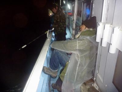 水面で暴れまくるバラムツの口から釣り鈎が外れてしまった。