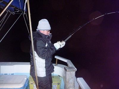 終了間際。たまたまこの日同船したベテラン釣り師の中野さんがついにバラムツを掛けた!大物相手でも焦らず、笑いながら余裕でやりとりしているのがかっこいい。