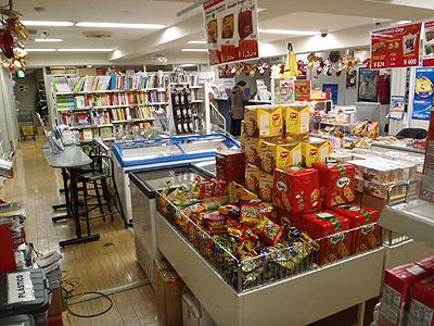 所狭しと並ぶ見慣れない食品の数々。海外で免税店に入った時のような匂いがする。 奥には在日ペルー人向けに送金サービスの窓口もあります。