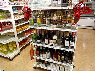 酒コーナー。知らない銘柄ばかり。冷蔵庫にはペルーのビールもありました。