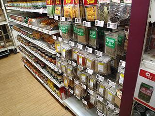 スパイス類も豊富。見たことのない巨大な乾燥唐辛子が売られていた。