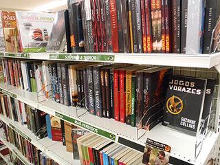 スペイン語やポルトガル語の本コーナー。雑誌や絵本もあります。