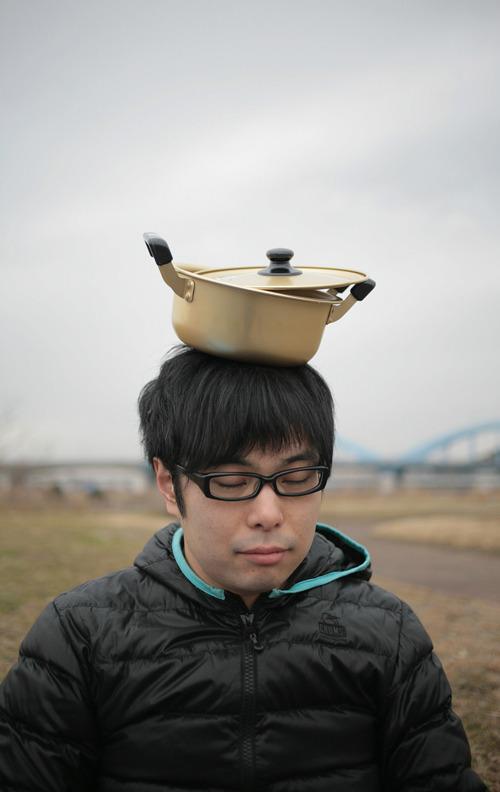空から鍋が落ちてきた。