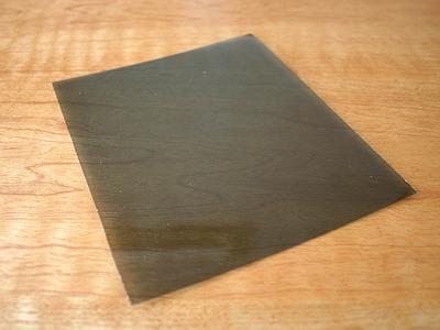 何のへんてつもなさそうな、褐色のプラスチック板ではありますが。