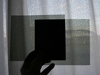 片方を90度回転させるとあら不思議。真っ暗に。