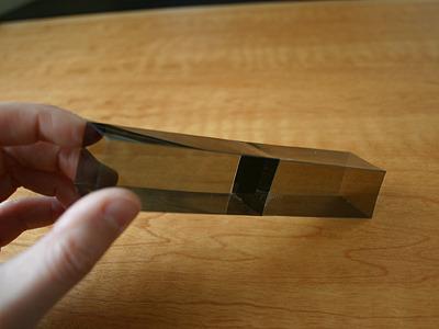 例えば、これ。四角柱の中間に1枚、仕切り板が挟まれているところへ・・・。