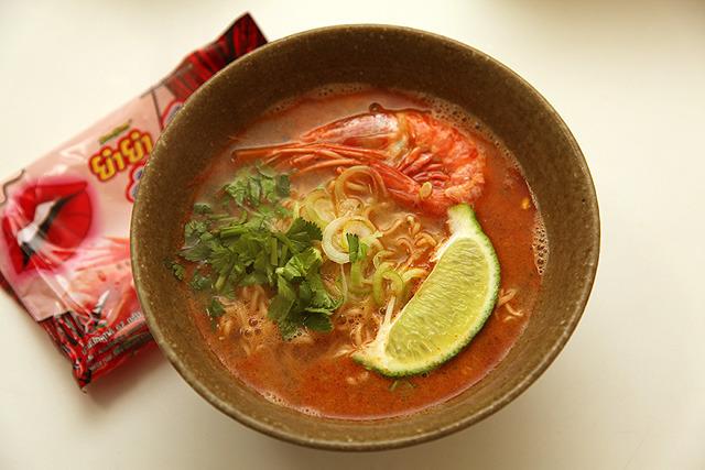 スープベースは海老から取ったアレ。丸ごと海老1尾とパクチー、ライムも乗せて完成!