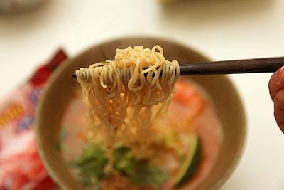 麺はかなりチープな味わいですが、それが逆に良い。