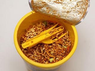 カレー粉まみれのフォーク。あと麺砕けすぎ。